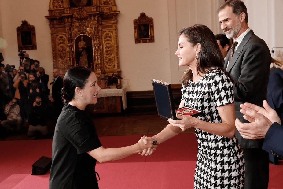 Eva Yerbabuena recibe la Medalla de Oro de Las Bellas Artes de mano de los Reyes de España